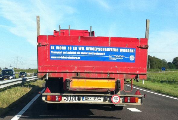 Help! Een 16-jarige zonder rijbewijs bestuurt deze vrachtwagen!
